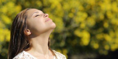 Kvinna andas in vårluften