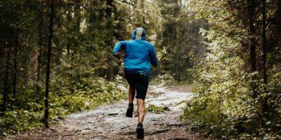 Man löper i skog