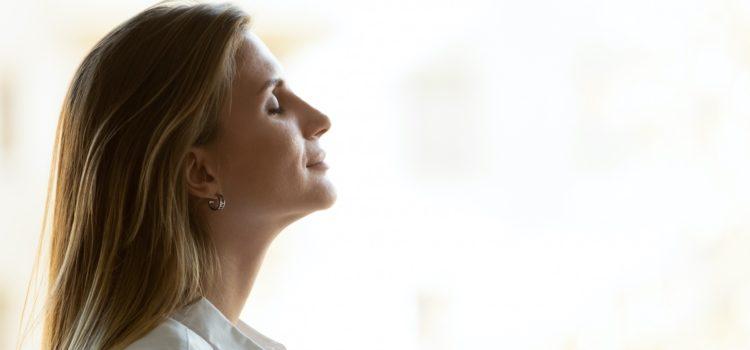 Sidoprofil av en kvinna som blundar