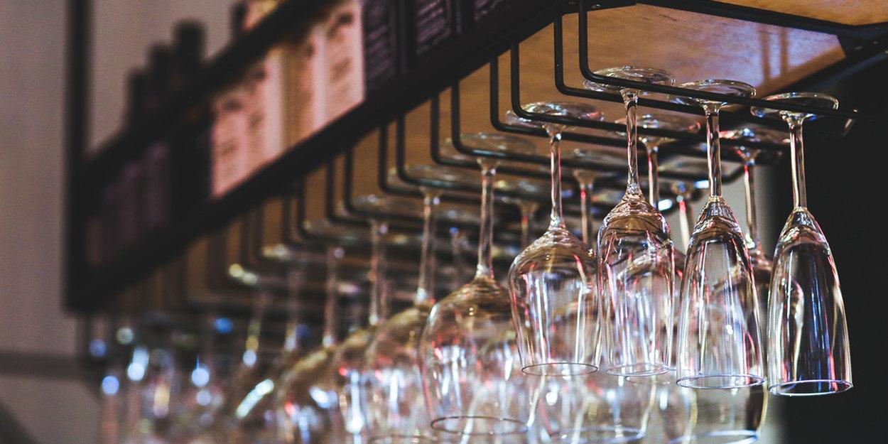 Upphängda vinglas på restaurang.