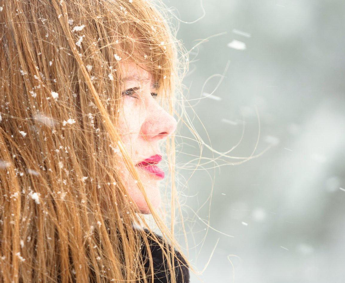 Kvinna bland snöflingor