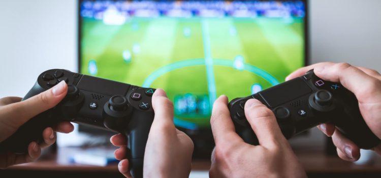Två personer spelar Playstation